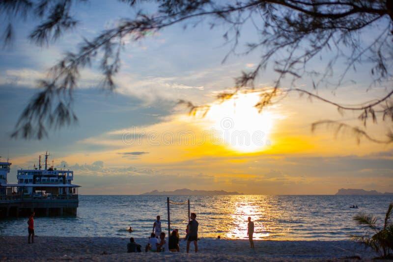在日落和码头的沙滩排球 免版税库存图片