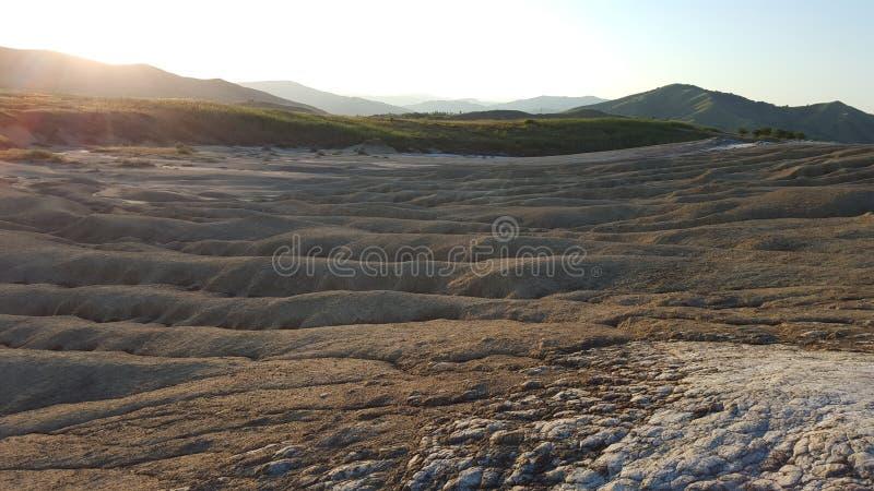 在日落在之前被创造的过去泥流动的异常的风景 免版税库存照片