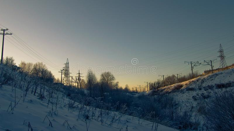 在日落在冬天、山沟和铁路 图库摄影