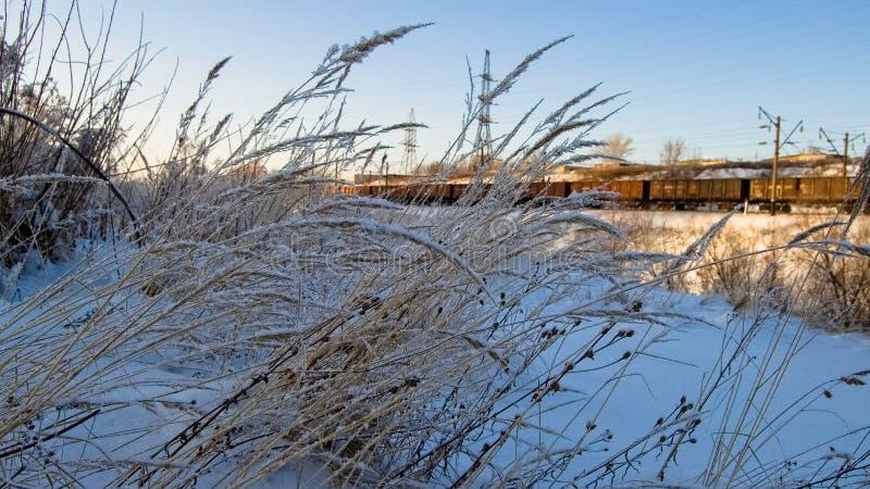 在日落在冬天、山沟和铁路 库存图片