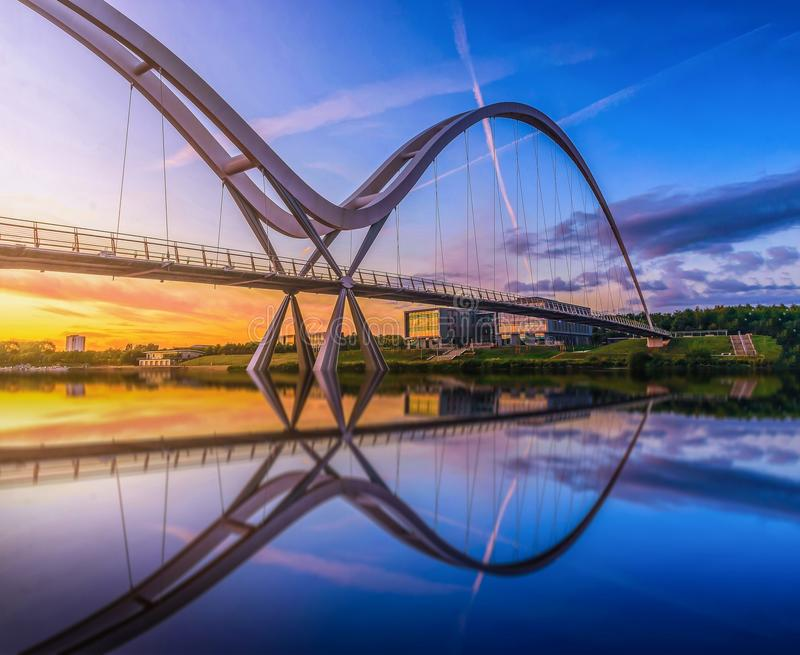 在日落在斯托克顿在发球区域,英国的无限桥梁 图库摄影