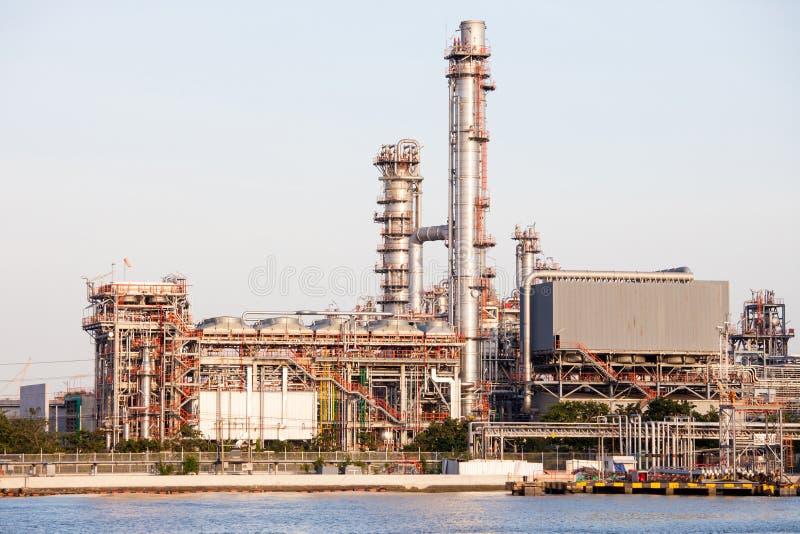 在日落场面的石油化学工业 库存照片