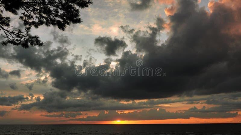 在日落天空的剧烈的雷雨云 图库摄影
