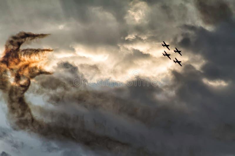 在日落天空的四架飞机形成在飞行表演 免版税图库摄影