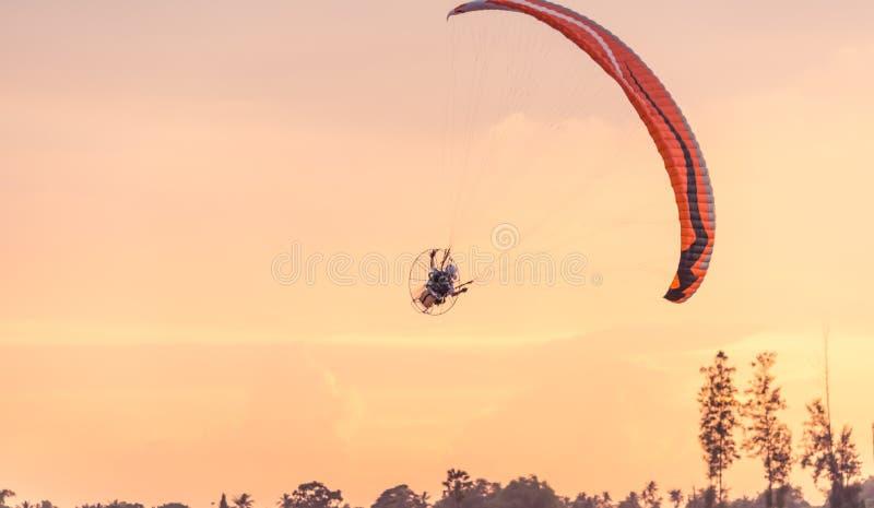 在日落天空的Paramotor飞行 免版税图库摄影