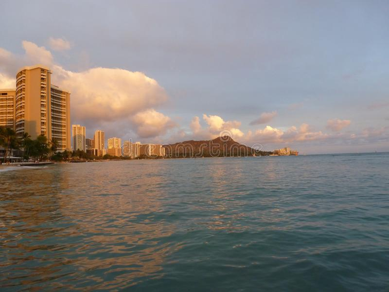 在日落奥阿胡岛夏威夷的金刚石头 库存照片