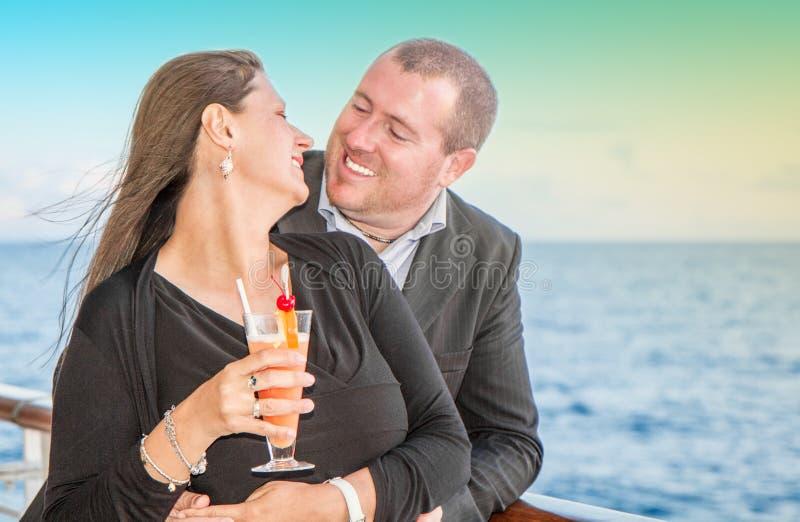 在日落巡航的年轻夫妇 库存照片