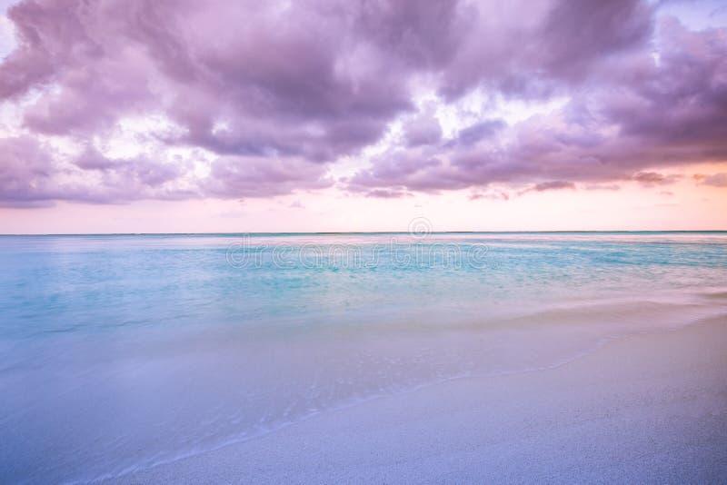 在日落或日出的海天空 平安的海滩,海岸,海岸线美丽的景色  异乎寻常的自然风景,与天际的海视图 库存照片