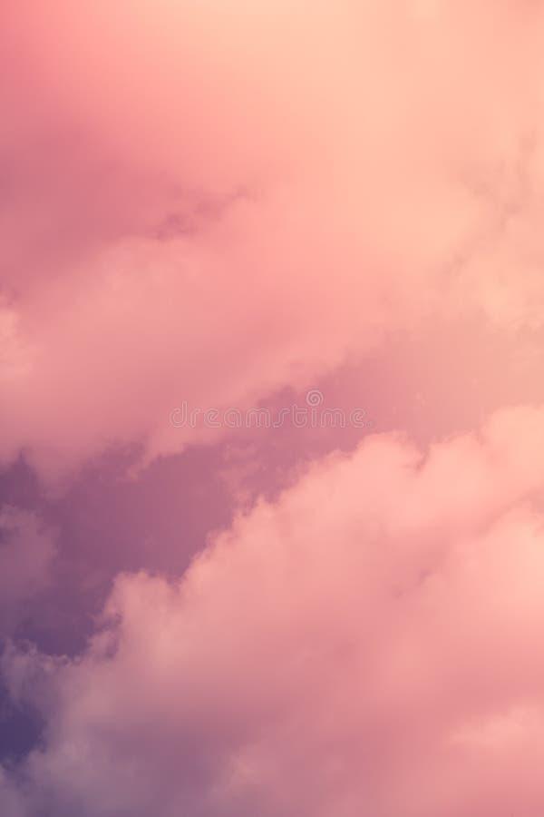 在日落摘要背景的淡色桃红色和紫色天空 免版税库存照片