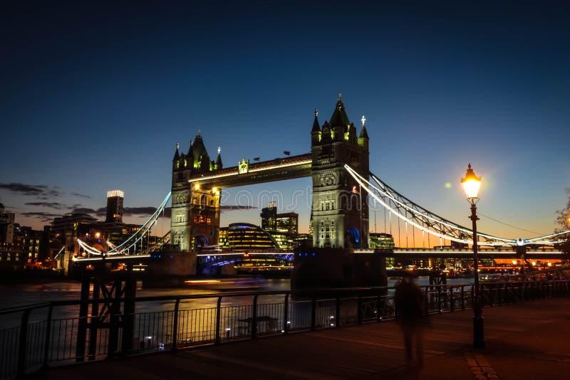 在日落时间的惊人的塔桥梁 库存图片