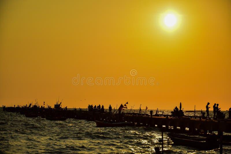 在日落时间的海视图在海港 免版税库存照片