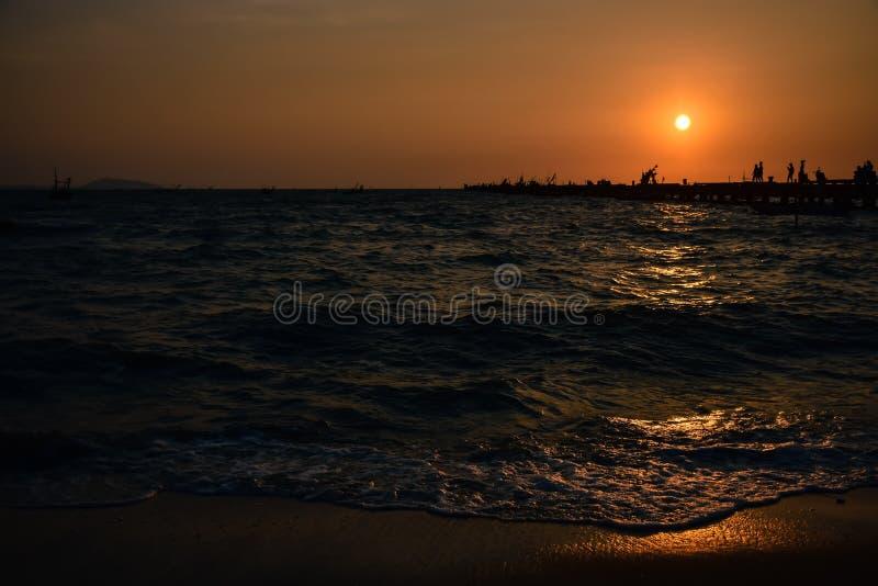 在日落时间的海视图在海港 免版税库存图片