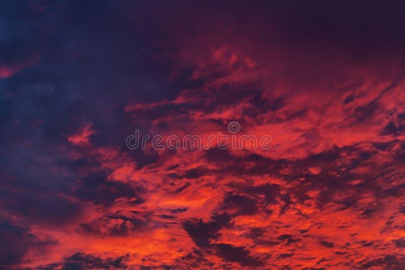在日落时间的被弄脏的云彩 在颜色 免版税库存照片