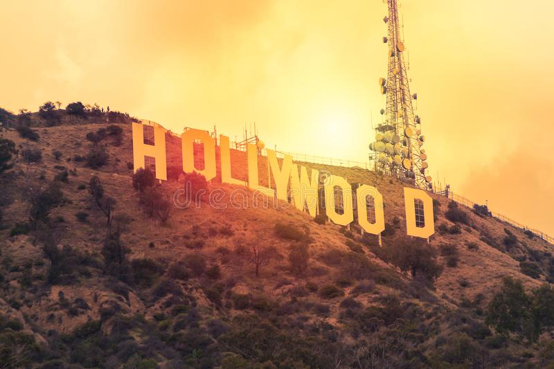 在日落期间的举世闻名的地标好莱坞标志在洛杉矶,美国 免版税库存图片