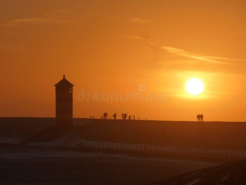 在日落期间的偶象德国灯塔silhoutte 库存照片