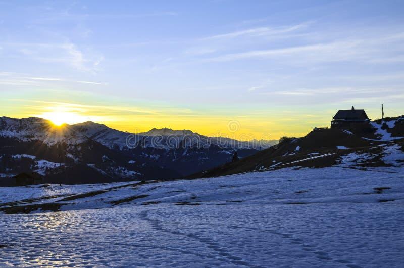 在日落期间的冬天风景在瑞士 库存照片