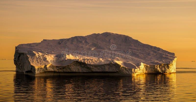 在日落期间的冰山在格陵兰 免版税库存图片
