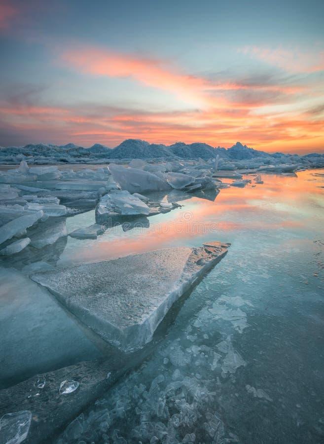 在日落期间的冻海 免版税库存照片