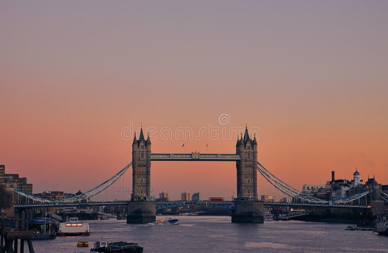 在日落期间的塔桥梁,伦敦,英国 库存照片