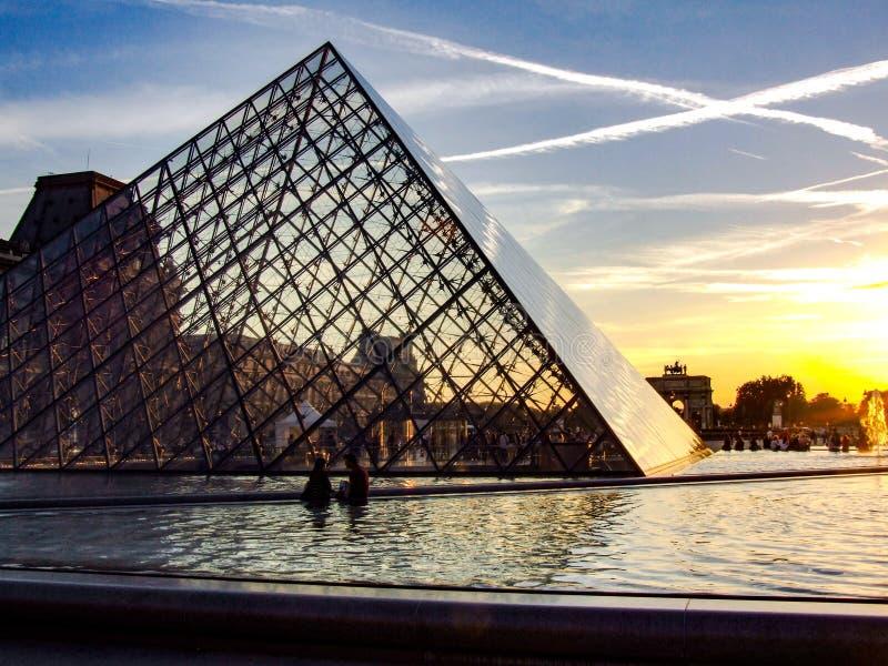 在日落期间的天窗和玻璃piramid 库存照片