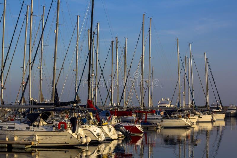在日落期间的游艇和风船港口在伊斯坦布尔 库存照片
