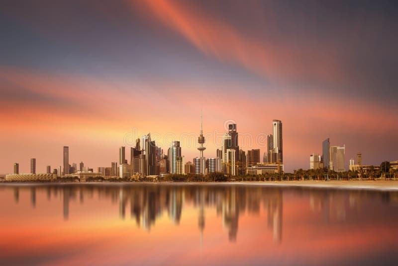 在日落期间的科威特城地平线 库存图片