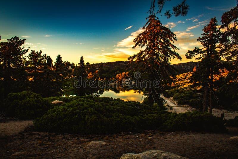在日落期间的美丽的湖 免版税库存照片