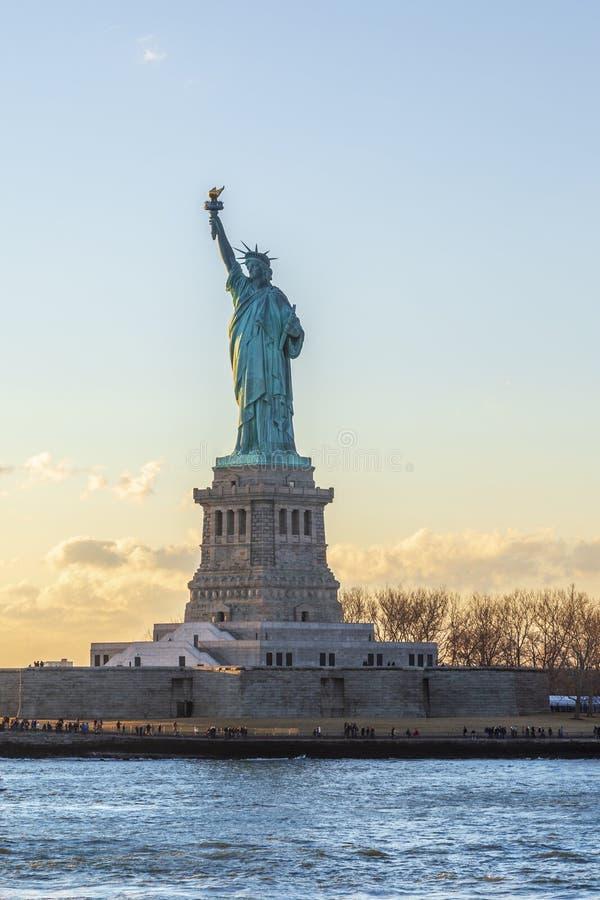 在日落期间的自由女神像垂直在纽约,NY, 免版税库存照片