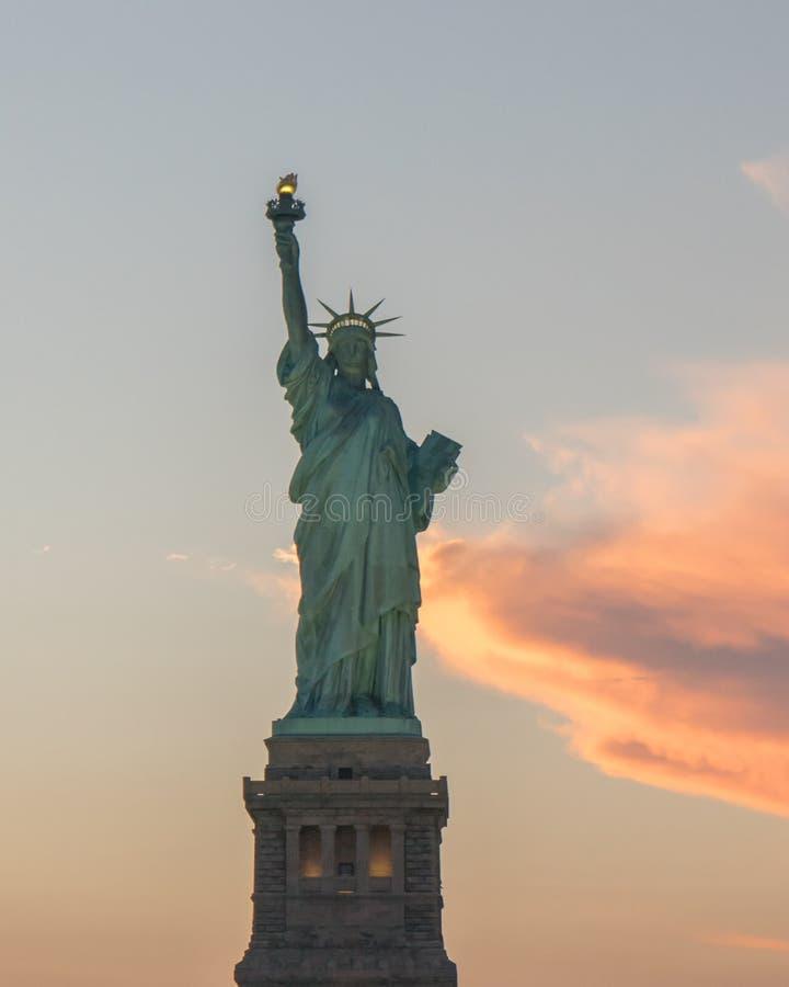 在日落期间的自由女神像 免版税库存图片
