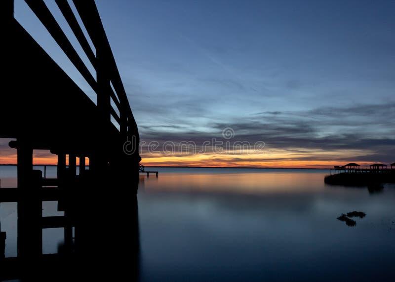在日落期间的长的曝光码头 免版税库存照片