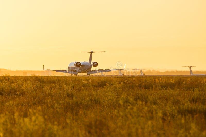 在日落期间,登陆一架大型飞机 图库摄影