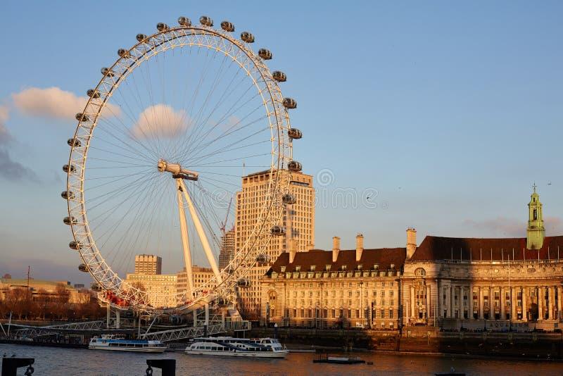 在日落期间的伦敦眼 免版税库存图片