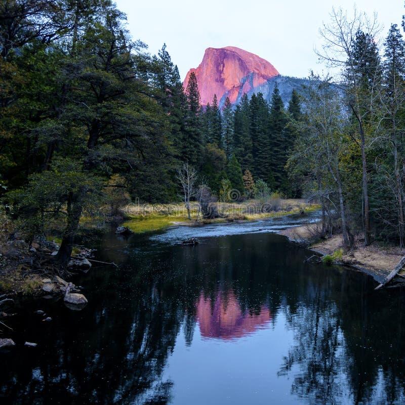 在日落期间的半圆顶在优胜美地国家公园 免版税图库摄影
