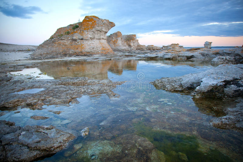 在日落期间的石灰石堆在瑞典。 免版税库存照片