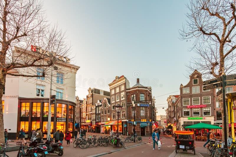 在日落期间的著名伦布兰特广场在阿姆斯特丹, Neth 免版税库存照片