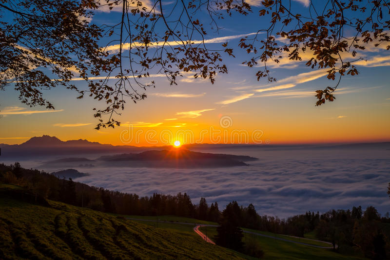 在日落期间,使周围的镇Zug和Zugersee模糊 免版税库存照片