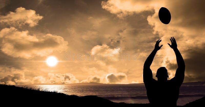 在日落期间,现出轮廓球员投掷的橄榄球球反对海 向量例证