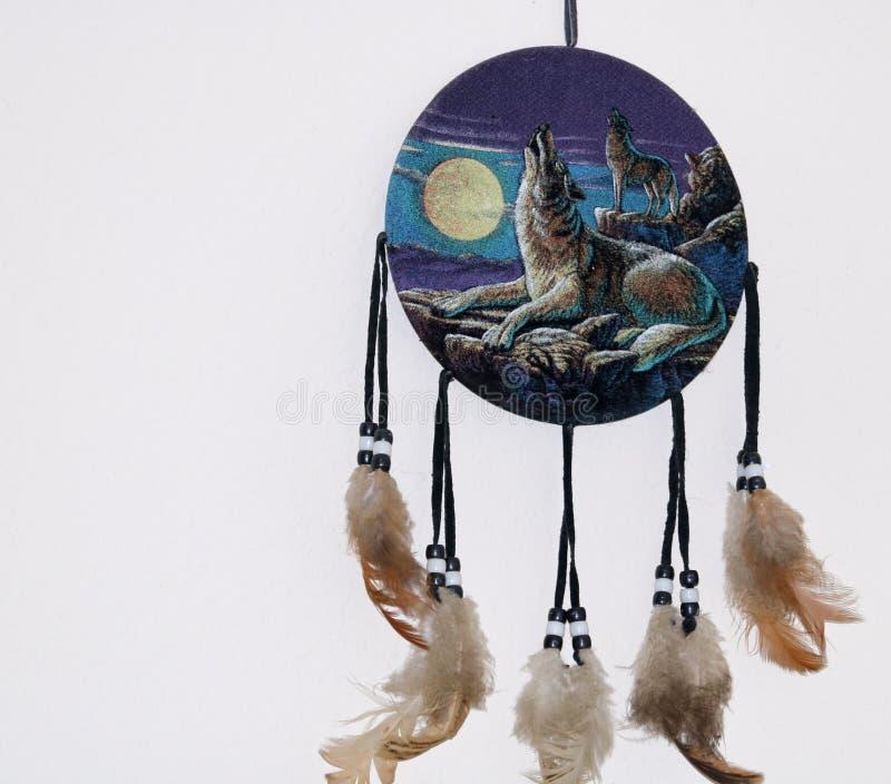 在日落梦想俘获器的被绘的毛毡嗥叫狼 库存照片