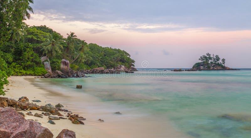 在日落沙滩的Anse Royale在Mahe塞舌尔群岛 免版税库存照片