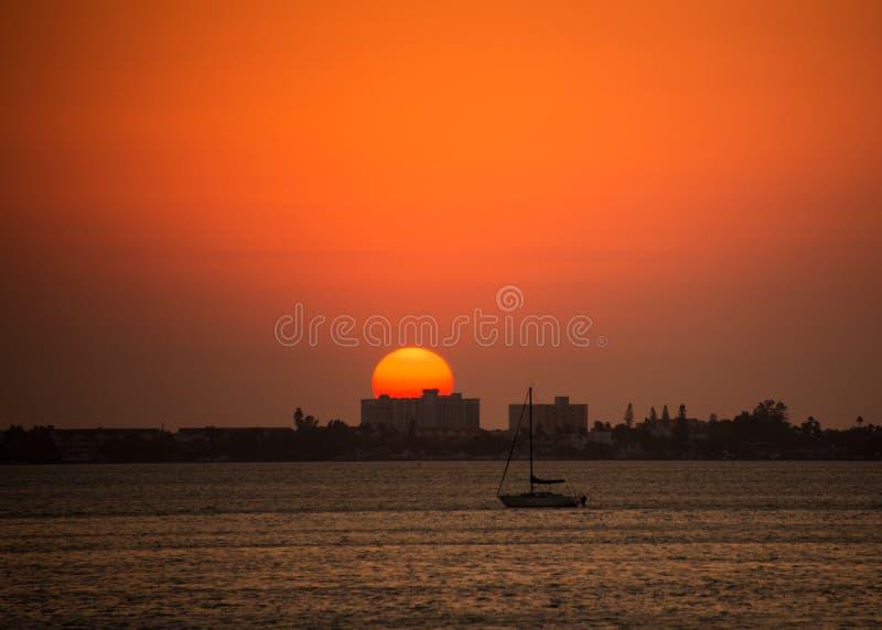 在日落海景的风船航行 免版税库存照片