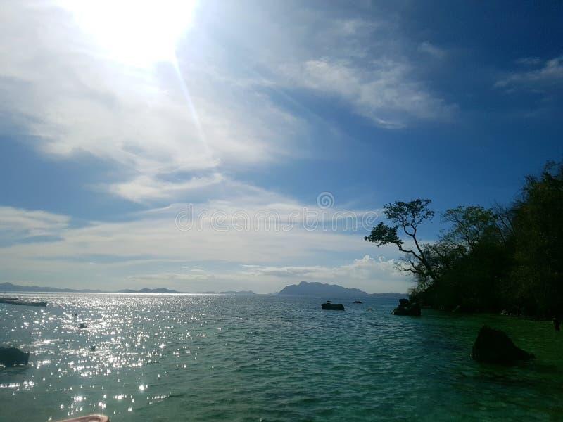 在日落海滩Coron巴拉旺岛的好日子 免版税库存图片