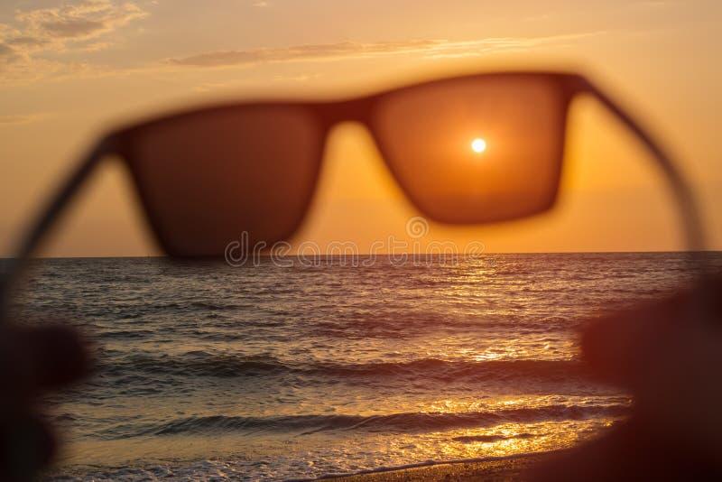 Download 在日落海背景的太阳镜 库存照片. 图片 包括有 晴朗, 晒裂, 能源, 放松, 天空, 本质, 保护, 蓝色 - 72370612