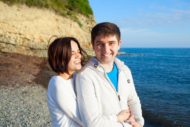 在日落海背景的愉快的夫妇 图库摄影