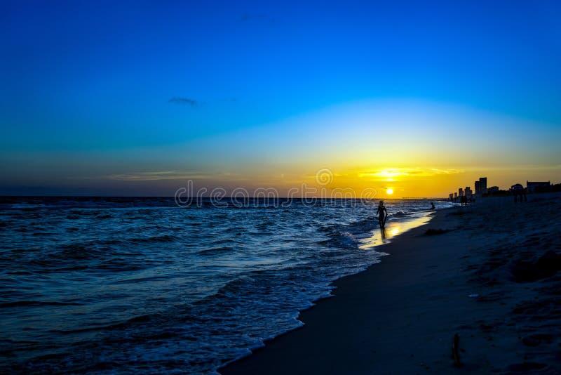 在日落海滩的剪影我 免版税库存照片