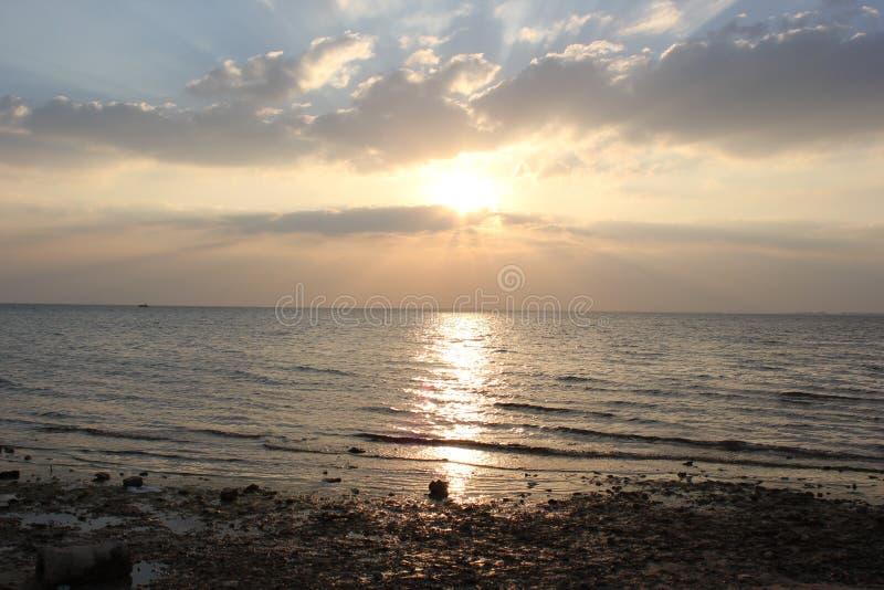 在日落海滩的美好的日落在Al胡拜尔 图库摄影