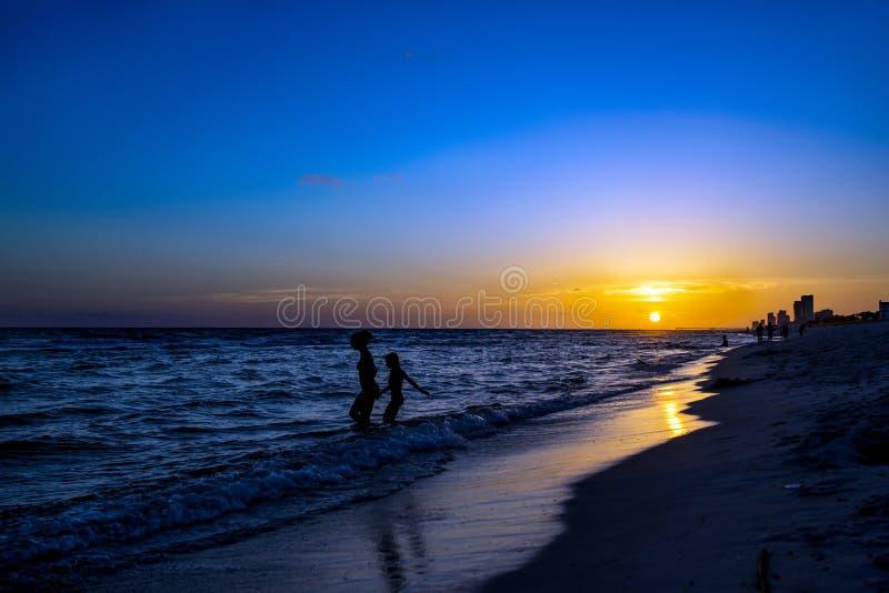 在日落海滩II的剪影 免版税图库摄影