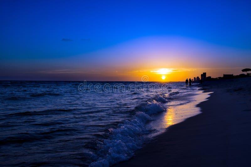 在日落海滩III的剪影 图库摄影