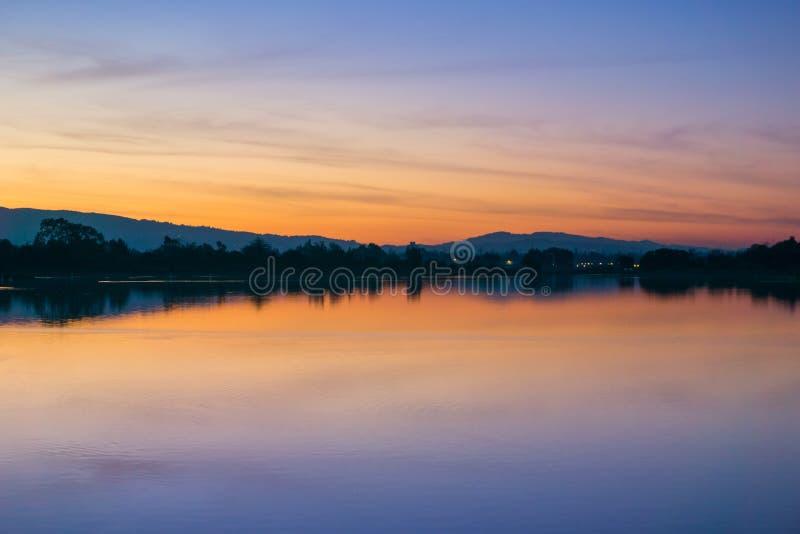 在日落焕发反射了湖表面,海岸线公园,山景城,旧金山湾区上后,加利福尼亚 库存图片