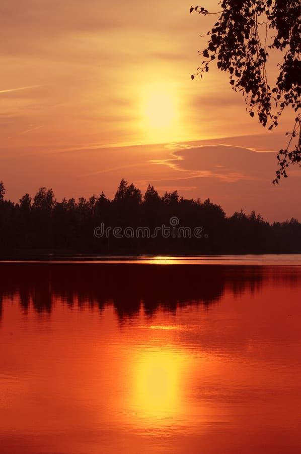 在日落瑞典的湖 库存图片