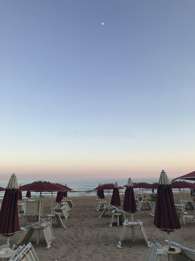 在日落的一个西西里人的海滩 免版税库存图片